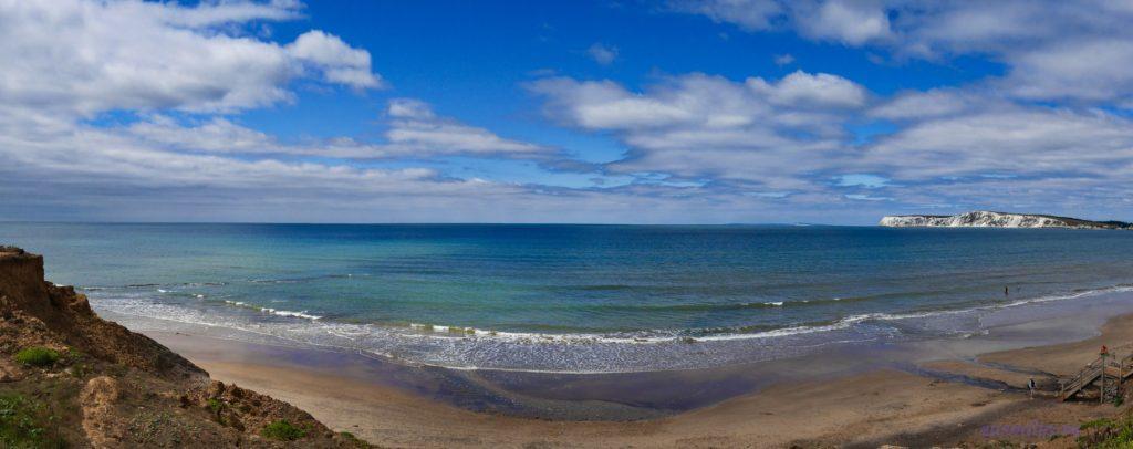 Пляж в заливе Комптон на острове Уайт - песок, море