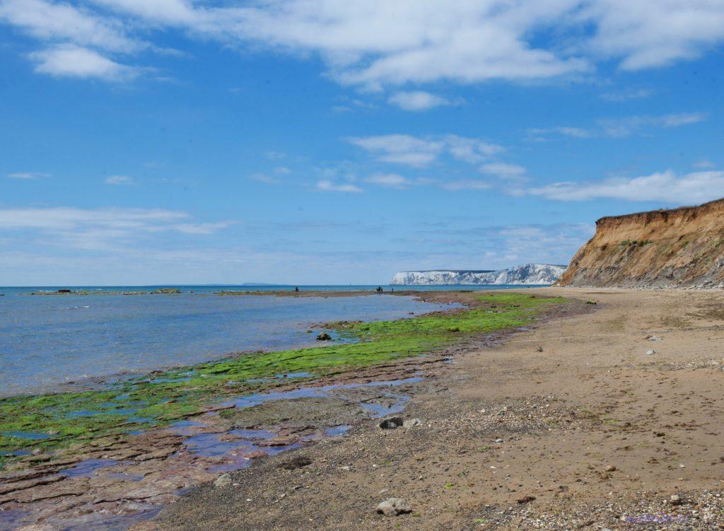 Пляж в заливе Комптон на острове Уайт - песок, море, вид на скалы